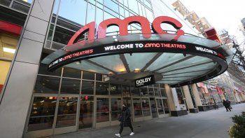 Un peatón pasa frente al recién reabierto cine AMC en la calle 34 de Nueva York, el 5 de marzo de 2021. AMC Theatres dice que el 98% de sus cines en Estados Unidos estarán abiertos el viernes cuando un montón de salas reabran en California, y se espera que otras más se les unan el 26 de marzo.