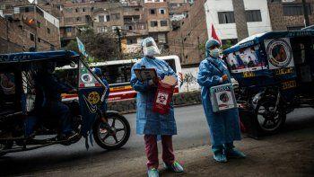 Trabajadores de la salud llegan para inocular a ancianos con dosis de la vacuna Pfizer-BioNTech contra COVID-19, a su casa del distrito El Agustino en Lima, Perú, el 28 de abril de 2021.