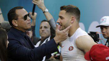 El ex astro de la MLB Alex Rodriguez, izquierda, saluda al ala defensiva Nick Bosa de los 49ers de San Francisco antes del Super Bowl 54 de la NFL entre los 49ers y los Chiefs de Kansas City el 2 de febrero de 2020 en Miami Gardens, Florida.