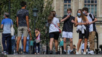 Personas con mascarillas protectoras caminan junto al Museo del Louvre en París el viernes, 4 de septiembre del 2020. Los casos de coronavirus en Francia aumentaron a casi 9.000 en las últimas 24 horas, dijeron el viernes las autoridades de salud.