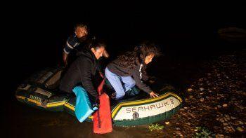 Kaylee Samantha, una migrante no acompañada de siete años, se baja de un bote inflable con el que acaba de cruzar el río Bravo desde México en Roma, Texas, el 24 de marzo del 2021.