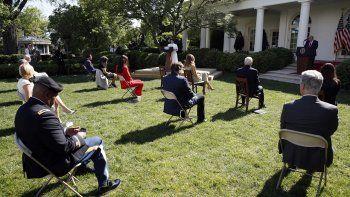 Presidente Donald Trump escucha mientras la hermana Eneyda Martínez, de las Hermanas Pobres de San José, habla durante un oficio en la Casa Blanca, Washington, 7 de mayo de 2020.