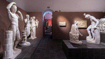 En esta foto sin fecha proporcionada el lunes 12 de octubre de 2020, estatuas antiguas de mármol griegas y romanas previo a una exposición en la recién remodelada Villa Caffarelli, uno de los espacios de exhibiciones en el Museo Capitolino con vista al antiguo Foro Romano, en Roma.