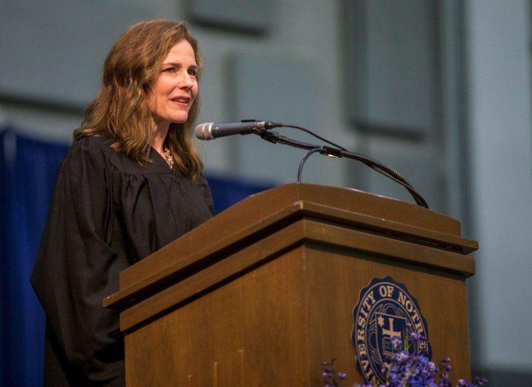 La jueza federal Amy Coney Barrett habla en la ceremonia de graduación en la escuela de derecho de la Universidad de Notre Dame en South Bend
