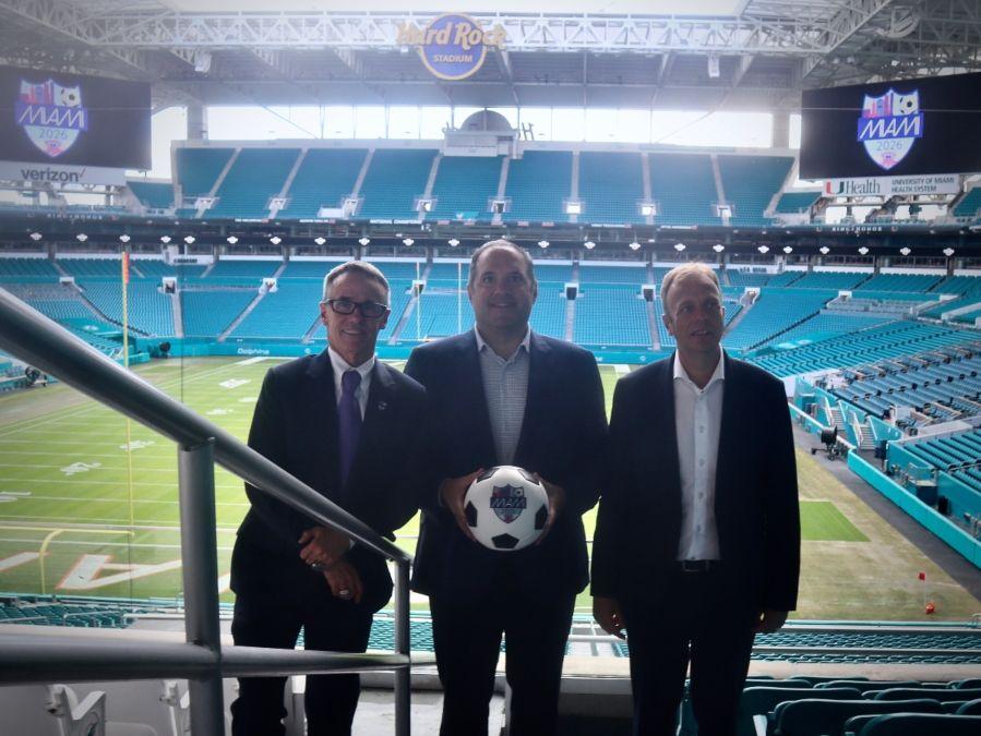 José Sotolongo, director de deportes y entretenimiento de la Oficina de Turismo del Gran Miami; Victor Montagliani, vice presidente de la FIFA y presidente de la CONCACAF; y Colin Smith, director de torneos y eventos de la FIFA, de izq. a der.