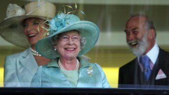 En esta foto de archivo del miércoles 21 de junio de 2006, la reina Isabel II de Gran Bretaña, en el centro, con el Príncipe Michael de Kent y la Princesa Michael de Kent.
