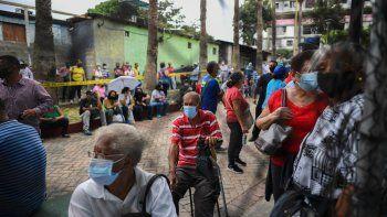 La gente espera recibir la primera dosis de la vacuna Sputnik V contra Covid-19 durante una jornada de vacunación promovida por el municipio y apoyada por el régimen venezolano en el barrio 23 de Enero de Caracas, el 7 de junio de 2021.