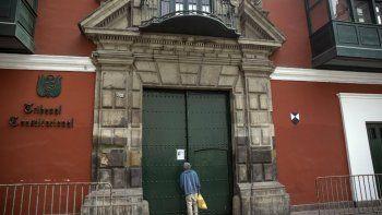 Elías Chávez, de 71 años, observa a través de la puerta principal del edificio del Tribunal Constitucional en Lima, Perú, el jueves 17 de septiembre de 2020.