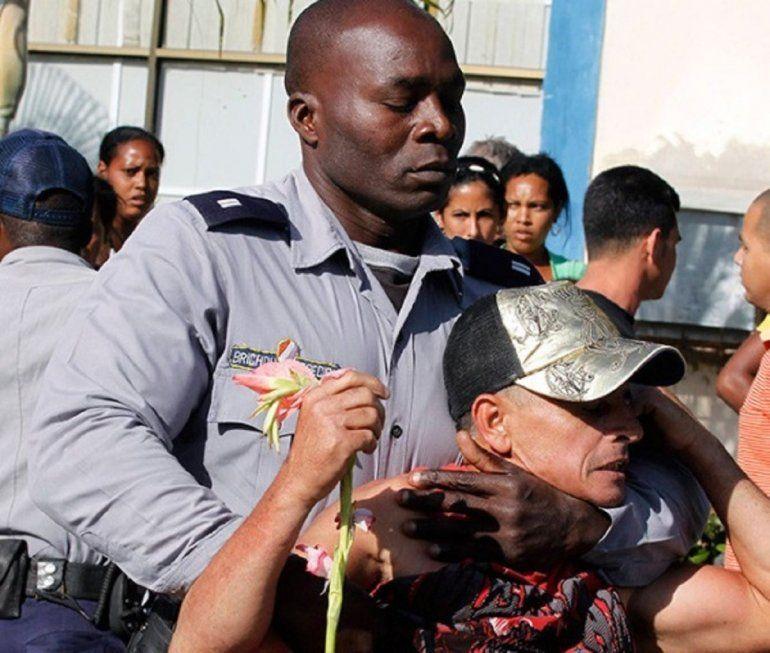 Agentes de seguridad detienen a activistas de oposición antes del inicio de una marcha con motivo del Día Internacional de los Derechos Humanos en La Habana