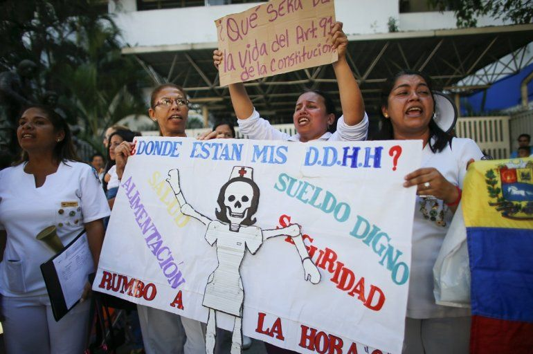 Enfermeras gritan consignas contra el gobierno en una protesta afuera del hospital José Manuel de los Ríos en Caracas