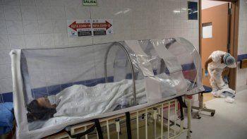 María Álvarez, de 24 años, descansa en una cápsula de aislamiento de coronavirus luego de dar a luz en el Instituto Nacional Perinatal en Lima, Perú, el miércoles 29 de julio de 2020.