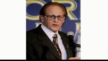 Philip Berk habla durante el almuerzo anual de la Asociación de Prensa Extranjera de Hollywood el 20 de julio de 2005 en Beverly Hills, California. Berk, quien fue presidente de la asociación en ocho periodos, fue expulsado de los Globos de Oro.