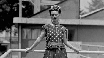 La fundación dijo el miércoles que quiere impulsar a las mujeres a aceptar su propiabellezaúnica, y agregó que Kahlo era conocida por resaltar y acoger aquello que la hacía única, por dentro y por fuera.
