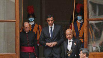 El presidente del gobierno español, Pedro Sánchez, centro, sale del patio de San Dámaso después de su encuentro con el papa Francisco, Ciudad del Vaticano, sábado 24 de octubre de 2020.