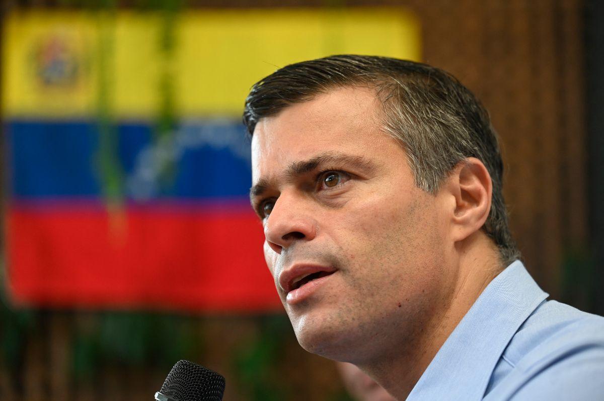 El líder de la oposición venezolana, Leopoldo López, pronuncia un discurso en un evento con ciudadanos venezolanos sobre la situación política de Venezuela antes de las elecciones de noviembre, en la Ciudad de Guatemala.