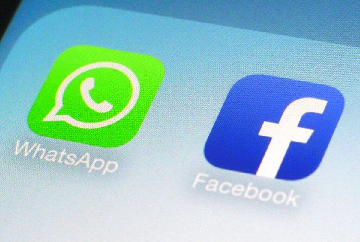Los íconos de las aplicaciones de WhatsApp y Facebook en un teléfono inteligente.