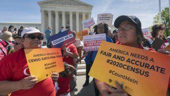 Fotografía fechada el 23 de abril del 2019de un grupo de activistas de inmigración en las afueras de la Corte Suprema en Washingtonque protestan contra el plan del Gobierno de Donald Trump de preguntar sobre ciudadanía en el Censo 2020.