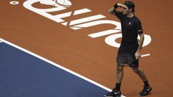 El suizo Roger Federer bromea con el público durante un partido de exhibición con Alexander Zverev en el Coliseo Rumiñahui de Quito, Ecuador, el domingo 24 de noviembre de 2019.