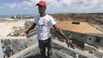 Jackson Blatch empieza a reparar el tejado de su casa en Marsh Harbor, en la Isla Ábaco, Bahamas, el sábado 7 de septiembre de 2019, tras el paso del huracán Dorian
