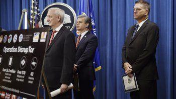 El subsecretario de justicia de EEUU Jeffrey Rosen al anunciar el operativo internacional contra el tráfico de opioides en Washington el 22 de septiembre del 2020. Lo acompañan el director del FBI Christopher Wray (cent) y el director interino de la DEA Timothy Shea.