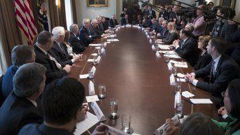 El presidente Donald Trump se reúne en la Casa Blanca con unos 25 congresistas y senadores de ambos partidos el martes 9 de enero de 2018, en Washington.