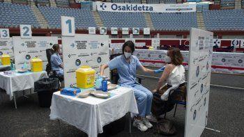 Trabajadores sanitarios vacunan a las personas contra el COVID-19 en la antigua plaza de toros Donostia Arena de San Sebastián el 31 de mayo de 2021.