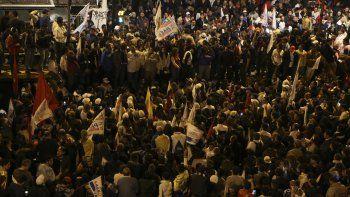 Simpatizantes del candidato centroderechista a la presidencia de Ecuador, GuillermoLasso, se reúnen cerca a la sede central del Consejo Nacional Electoral (CNE).