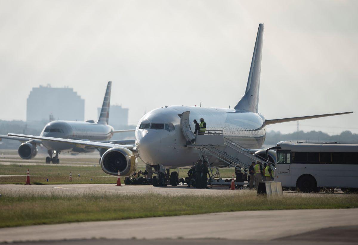 Un migrante haitiano aborda un avión fletado el lunes 20 de septiembre de 2021, en el Aeropuerto Internacional de San Antonio.