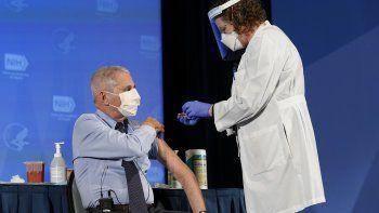 Anthony Fauci, director del Instituto Nacional de Alergias y Enfermedades Infecciosas, recibe su primera dosis de la vacuna Covid-19 en los Institutos Nacionales de Salud el 22 de diciembre de 2020, en Bethesda, Maryland.