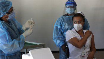 La enfermera Cristina Chango se prepara para recibir su primera dosis de la vacuna Pfizer-BioNtech contra el COVID-19 en el Hospital Pablo Arturo Suárez, en Quito, Ecuador, el jueves 21 de enero de 2021