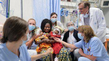 Fotografía de las siamesasErvina y Prefina junto a su madre y parte del equipo médico del hospital Bambino Gesù, en Italia, publicada el 7 de julio de 2020 en la cuenta oficial de Twitter de la institución médica.
