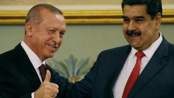 En esta fotografía de archivo del 3 de diciembre de 2018, el presidente turco Recep Tayyip Erdogan y el mandatario venezolano Nicolás Maduro se reúnen durante una ceremonia en el palacio presidencial de Miraflores en Caracas, Venezuela, el lunes 3 de diciembre de 2018.