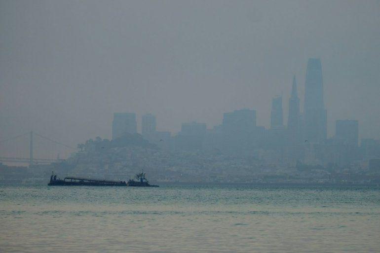 El horizonte de San Francisco apenas se alcanza a distinguir debido al humo de incendios forestales en esta imagen tomada desde Sausalito