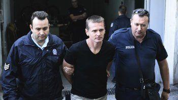 Policías griegos escoltan a Alexander Vinnik, un ruso acusado de cometer fraudes vía bitcoins, arrestado en Salónica, Grecia, el 4 de octubre de 2017.
