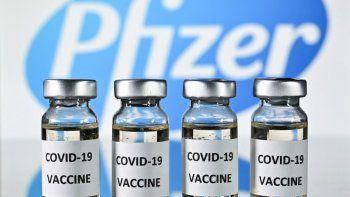 En esta foto de archivo tomada el 17 de noviembre de 2020 (ARCHIVOS) se muestran viales con adhesivos de vacuna contra el COVID-19 adjuntos, con el logo de la compañía farmacéutica estadounidense Pfizer.
