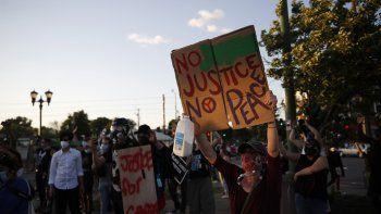 Manifestantes se congregan en St. Paul, Minnesota, el 28 de mayo de 2020, para protestar por la muerte de George Floyd, un afroestadounidense que murió mientras estaba bajo custodia policial.