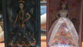"""Vista de dos muñecas Barbie """"Catrina"""" en el Museo del Juguete Viejo Mexicano en la Ciudad de México el 20 de octubre de 2020. Por segundo año consecutivo, la empresa estadounidense de juguetes Mattel lanzó una edición del """"Día de Muertos"""" de la muñeca Barbie."""