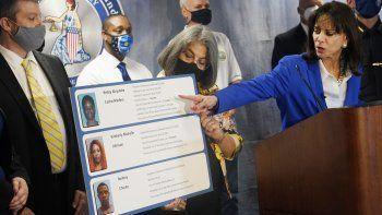 La fiscal estatal Katherine Fernandez Rundle, a la derecha, junto a la alcaldesa de Miami-Dade, Daniella Levine Cava, que sostiene un tablero con detalles de tres personas arrestadas el miércoles 8 de septiembre de 2021 en Miami.