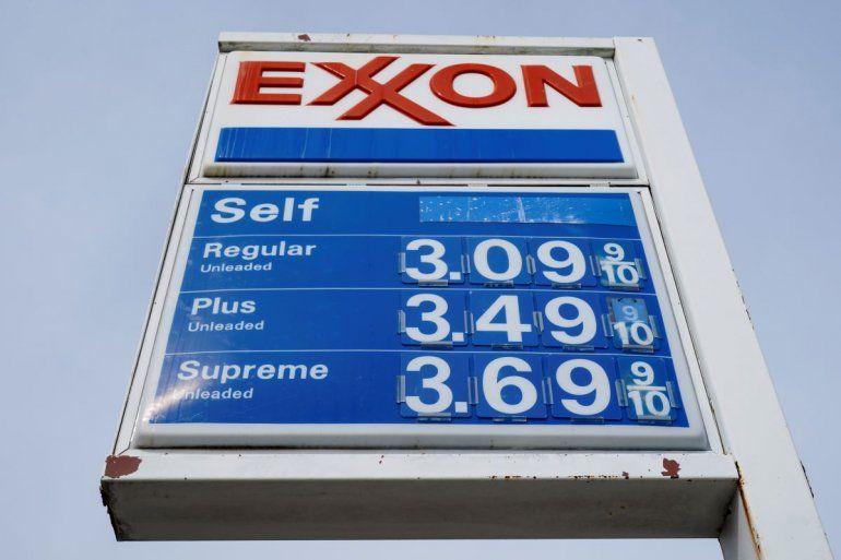 Esta foto del 28 de abril del 2021 muestra los precios de la gasolina en una estación en Filadelfia. El papel higiénico