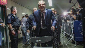 Harvey Weinstein sale de la corte penal de Manhattan después de los argumentos finales de la fiscalía en su juicio por violación el 14 de febrero de 2020 en Nueva York.