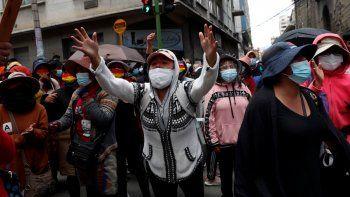 La gente grita durante una protesta en apoyo a los trabajadores de la salud en medio de la pandemia de COVID-19 en La Paz, Bolivia, el lunes 22 de febrero de 2021. Los trabajadores de la salud han convocado una huelga general para protestar contra una nueva ley sanitaria de emergencia que, entre otras cosas, permite la contratación de médicos extranjeros.