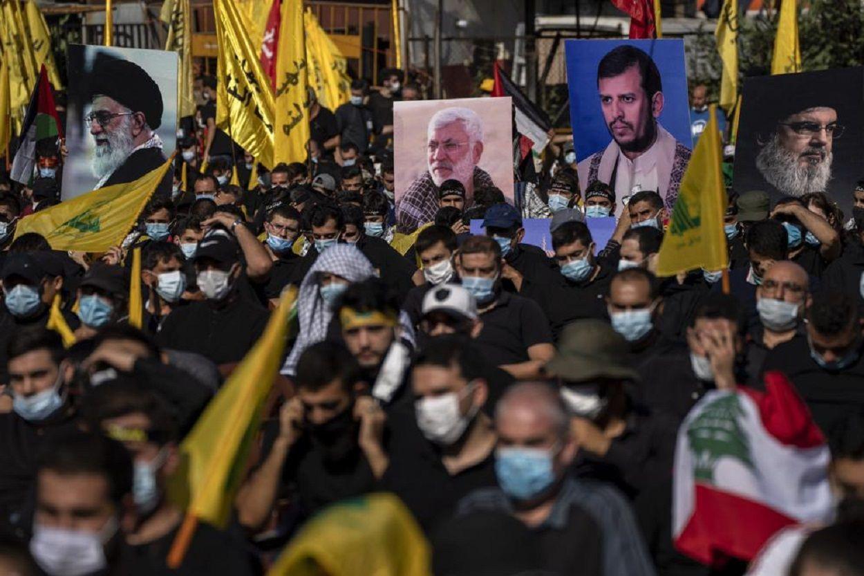 Partidarios de Hezbolá sostienen fotografías del líder supremo, el ayatolá Ali Khamenei, a la izquierda, el ex comandante de las fuerzas de movilización popular de Irak, Abu Mahdi al-Muhandis, segundo a la izquierda, Abdel-Malek al-Houthi, el líder de los rebeldes chiitas de Yemen, segundo a la derecha, y el líder de Hezbolá, Sayyed Hassan Nasrallah mientras escuchan la historia de Ashoura, la conmemoración musulmana chií que marca la muerte de Immam Hussein, nieto del profeta Mahoma, en la batalla de Karbala en el actual Irak en el siglo VII, en el sur de Beirut, Líbano.