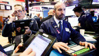 Wall Street abrió con pérdidas y el Dow Jones de Industriales, su principal indicador, bajaba un 1,58%, en una jornada marcada por la llamada del secretario del Tesoro a los principales bancos de Estados Unidos preocupado por la volatilidad de los mercados.