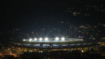 El día que murió Maradona (25 de noviembre de 2020) el Nápoles rinidió triubuto dejando encendidas las luces del estadio San Paolo, hoy rebautizado Diego Armando Maradona