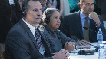 José Daniel Ferrer (izquierda), aparece junto a Juana Mora Cedeño (centro) y Antonio Rodiles (derecha), escuchando durante una reunión con el presidente Barack Obama en la embajada de Estados Unidos en La Habana. El miércoles 20 de noviembre de 2019 el gobierno cubano acusó a la principal diplomática estadounidense en el país de trabajar de cerca con Ferrer, el líder detenido de uno de los grupos opositores más grandes de la isla.
