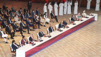 Representantes del gobierno afgano y los talibanes al iniciar negociaciones destinadas a poner fin a décadas de guerra en Afganistán, el sábado 12 de septiembre de 20202 en Doha, Qatar.