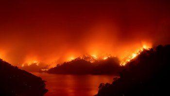 Incendios forestales cerca del lago Berryessa, en Napa, California, el miércoles 19 de agosto de 2020. Docenas de incendios forestales han sido provocados por rayos.
