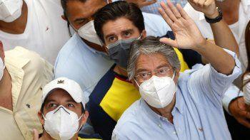 Guillermo Lasso, candidato presidencial del partido Creando Oportunidades o Creo, a la derecha, saluda a sus simpatizantes después de votar en un balotaje en Guayaquil, Ecuador, el domingo 11 de abril de 2021.