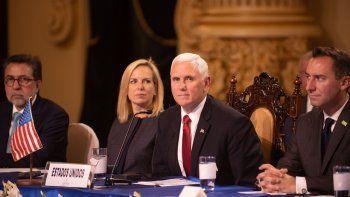 El vicepresidente estadounidense, Mike Pence (c), participa en una reunión con los presidentes del Triángulo Norte de Centroamérica el jueves 28 de junio de 2018, en Ciudad de Guatemala.