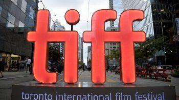 En esta fotografía del 6 de septiembre de 2018 las siglas del Festival Internacional de Cine de Toronto (TIFF por sus siglas en inglés) en el primer día del festival en Toronto.